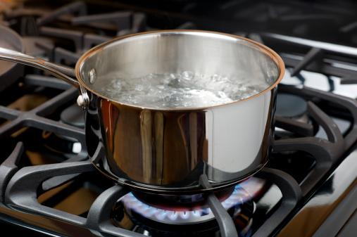 olla de agua hirviendo en la estufa